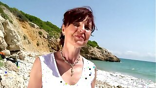 Joyce cougar gourmande baisée sur chilled through plage