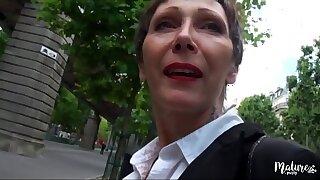 Carole mature veuve baisée par deux jeunes